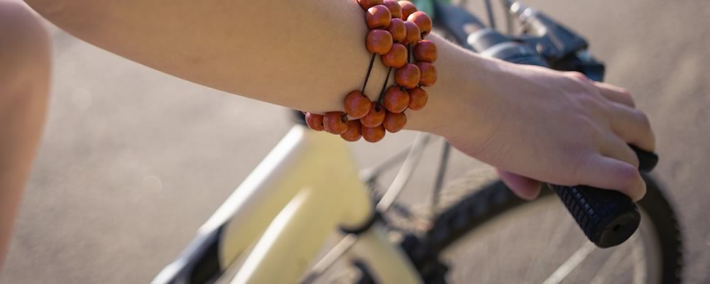 交通事故に遭う前、自転車に乗る女性