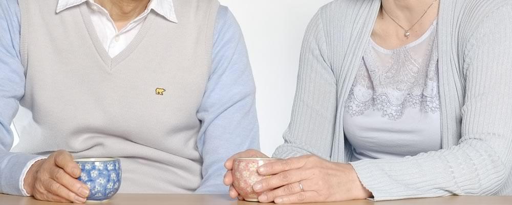 交通事故の体験を語る中高年夫婦